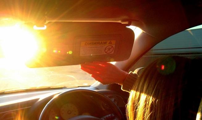 می دانید دلیل تابش شدید نور از شیشه جلو خودرو چیست؟