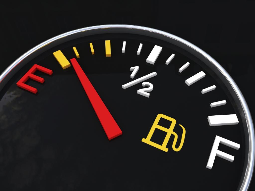 رانندگی با چراغ روشن بنزین چه آسیب هایی به خودرو می زند